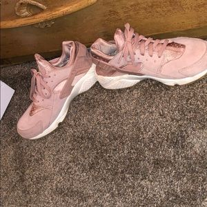 baa898ae7b2a Women s Rose Gold Huaraches Nike on Poshmark